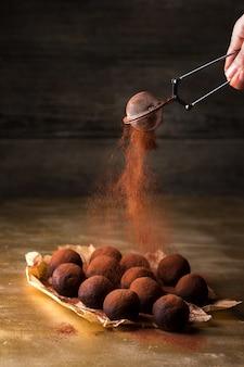 Przesiać kakao przez sito