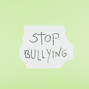 Przestań nękanie sloganem na kwadratowym arkuszu papieru