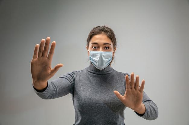 Przestań. kaukaska kobieta nosząca maskę oddechową przed zanieczyszczeniem powietrza i cząsteczkami kurzu przekracza granice bezpieczeństwa. pojęcie opieki zdrowotnej, ochrony środowiska, ekologii. alergia, ból głowy.