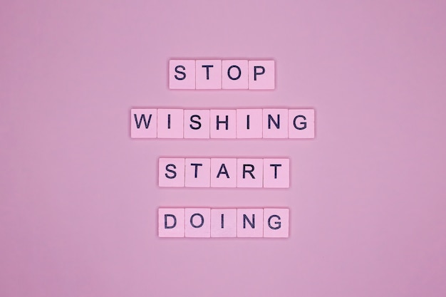 Przestań marzyć zacznij działać. plakat motywacyjny.