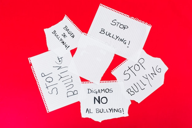 Przestań nękać slogany w różnych pismach
