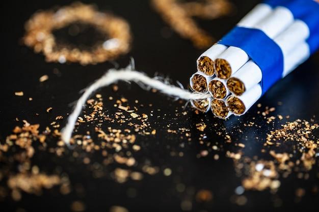 Przestań palić pojęcie z połamanymi papierosami. kupa papierosów. zakaz palenia