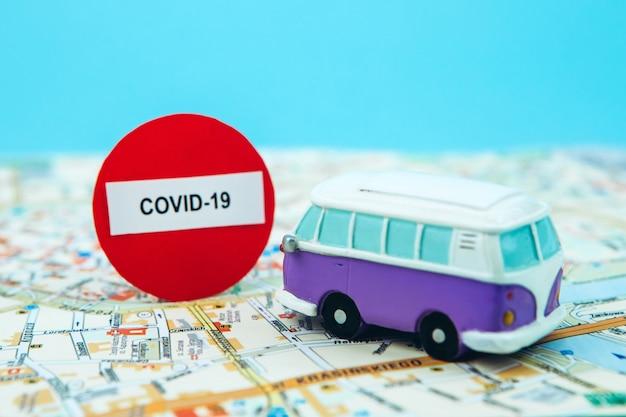 Przestań podróżować z powodu koronawirusa. epidemia kowid-19 zatrzymała turystykę na całym świecie. zamykanie lotnisk i dworców autobusowych. paszporty na mapie i znak stopu.