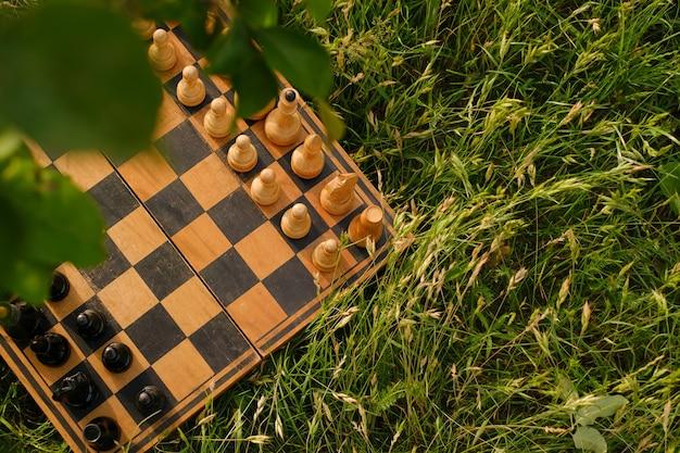 Przestarzała szachownica z figurami międzynarodowy dzień szachów