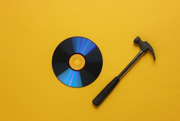 Przestarzałe nośniki danych młotek z płytami cd