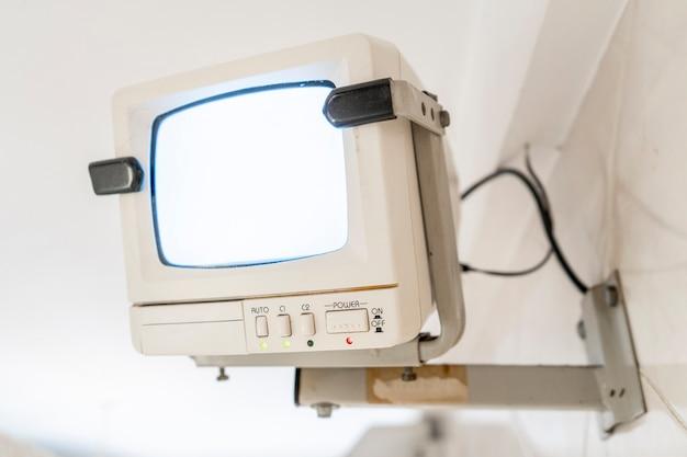 Przestarzały czarno-biały monitor ctr do nadzoru domu. koncepcja przestarzałości sprzętu.
