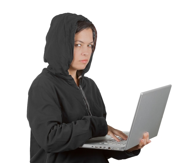 Przestępca hakerka w kapturze podczas korzystania z laptopa na białym tle
