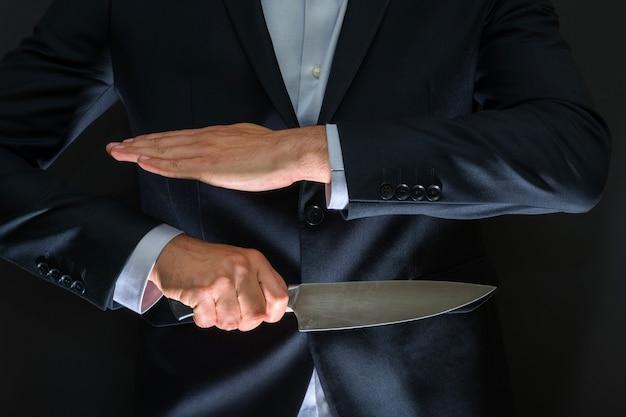 Przestępca z ukrytym dużym nożem. broń zimna, włamanie, zabójstwo, sceneria morderstwa