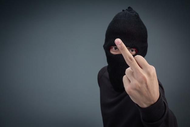 Przestępcy noszą maskę w kolorze czarnym na szarym