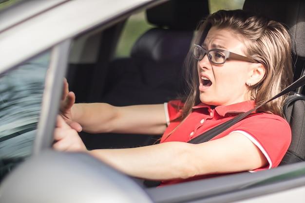 Przestraszona dziewczyna kierowca honking, aby uniknąć wypadku drogowego