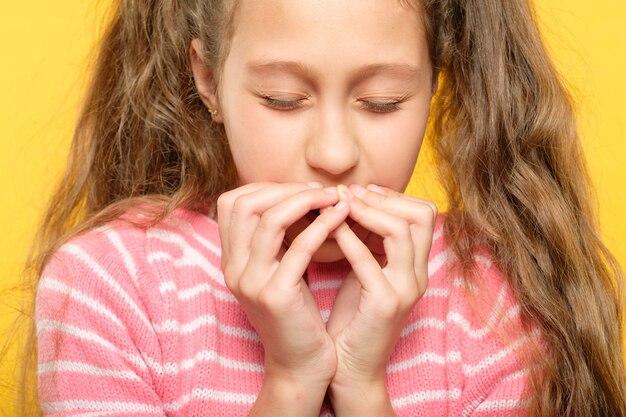 Przestraszona dziewczyna z zamkniętymi oczami zakrywającymi usta rękami. stres i reakcja emocjonalna.