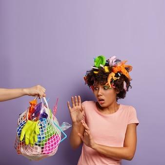 Przestraszona kobieta pozuje ze śmieciami we włosach