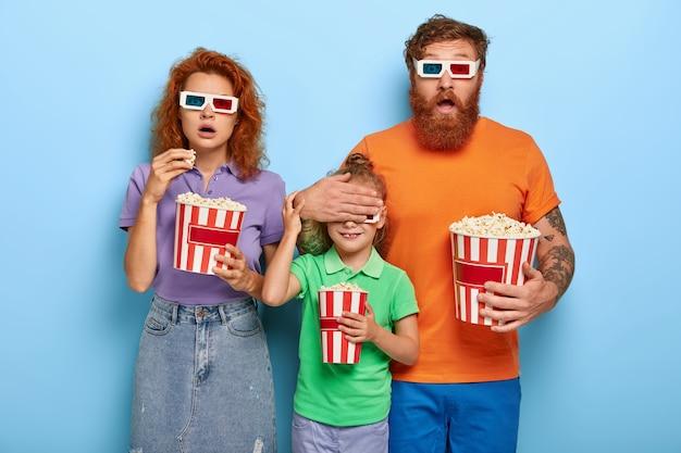 Przestraszona rodzina imbirów pozuje z popcornem