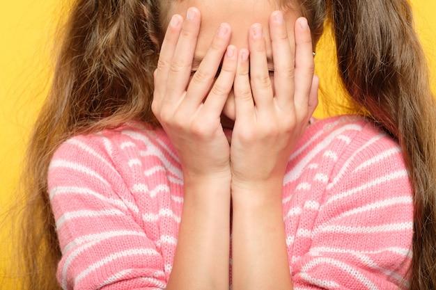 Przestraszona skamieniała dziewczyna zakrywająca twarz. stres i załamanie emocjonalne.