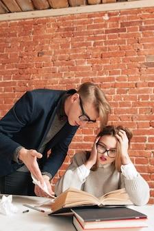Przestraszona studentka dziewczyna słucha nauczyciela