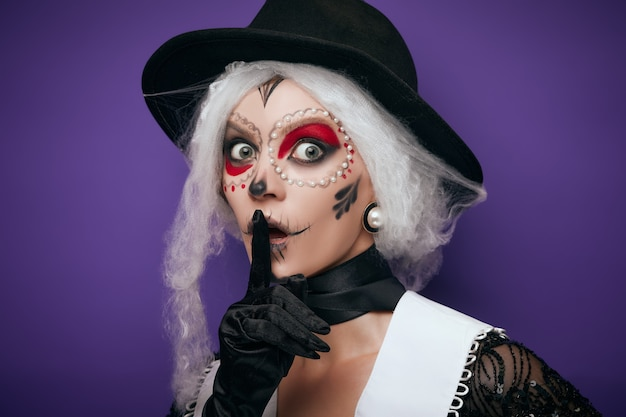 Przestraszona szepcząca kobieta w kostiumie na halloween