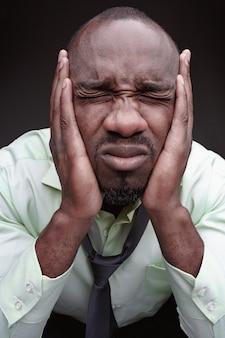 Przestraszony czarny człowiek fac