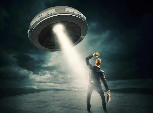 Przestraszony człowiek przez prom kosmiczny ufo