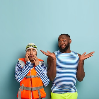 Przestraszony europejski pływak boi się czegoś, nosi kapelusz, gogle i kamizelkę ratunkową