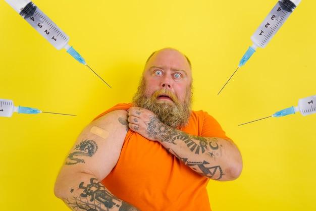 Przestraszony mężczyzna boi się szczepionki przeciw krukowicom