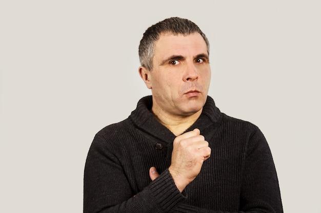 Przestraszony mężczyzna w czarnym swetrze
