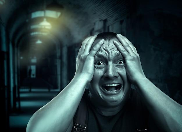 Przestraszony mężczyzna