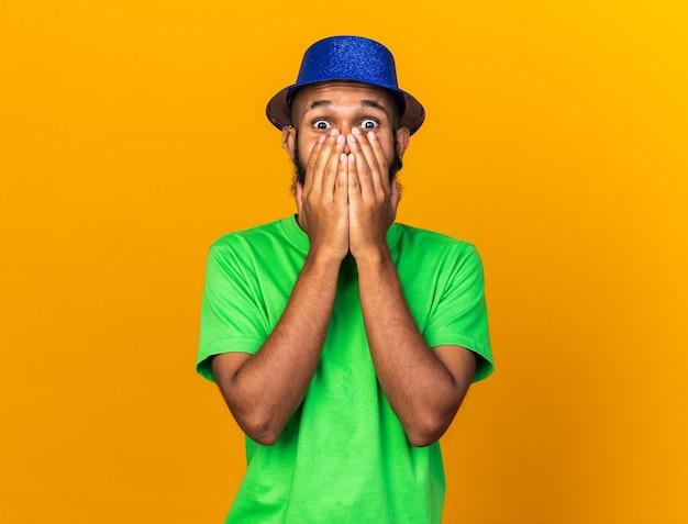 Przestraszony Młody Afroamerykański Facet W Kapeluszu Imprezowym Zakrytym Twarzą W Dłoniach Darmowe Zdjęcia