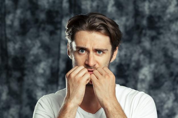 Przestraszony młody przystojny mężczyzna