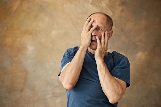 Przestraszony starszy mężczyzna
