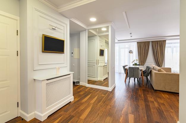 Przestronne, luksusowe wnętrze przedpokoju jako część dużego apartamentu typu studio