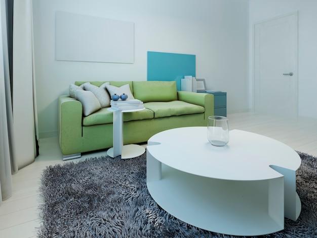 Przestronne wnętrze kiczowatego salonu z białymi ścianami i podłogą z jasnego drewna oraz zieloną sofą.