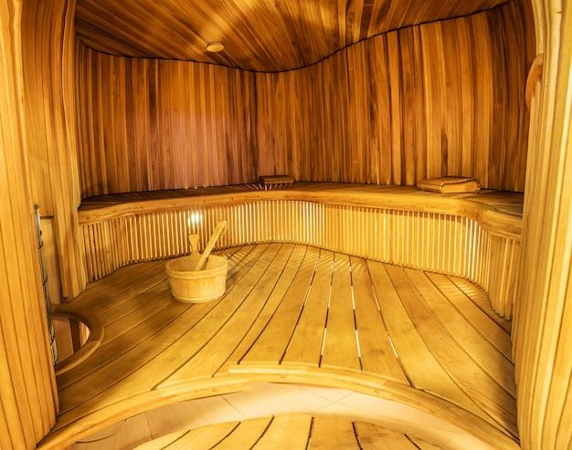 Przestronne wnętrze pustej drewnianej łaźni parowej