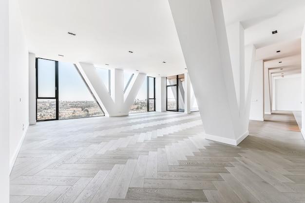 Przestronny apartament typu studio z parkietem i panoramicznymi oknami z widokiem na miasto w apartamencie na ostatnim piętrze