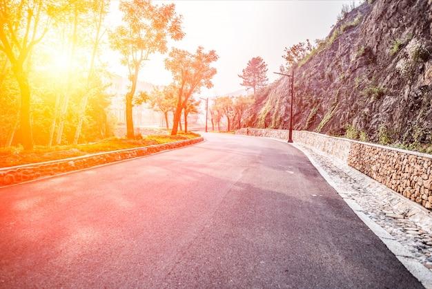 Przestronny drogowego o świcie