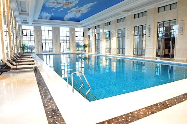 Przestronny i jasny prywatny kryty basen