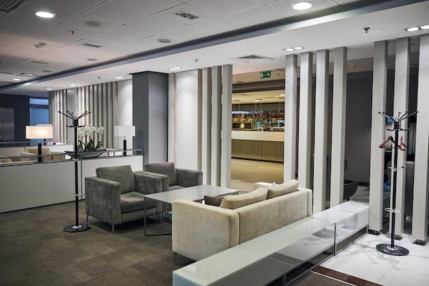 Przestronny nowoczesny salon lotniskowy dla podróżnych z najwyższej półki