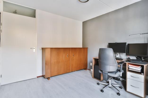 Przestronny pokój biurowy