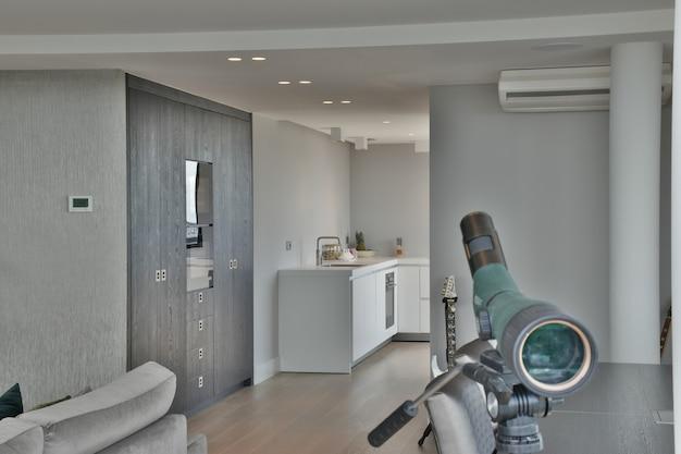 Przestronny pokój w luksusowym domu prowadzący do kuchni