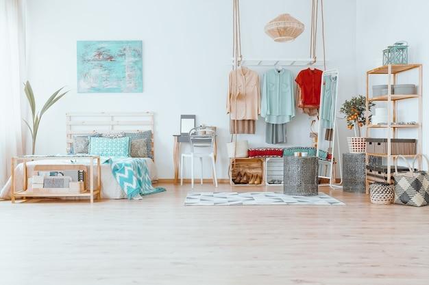 Przestronny przytulny jasny pokój z małym dywanikiem i kreatywną szafą