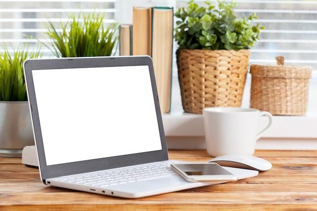 Przestrzeń do pracy. pusty ekran laptopa na drewnianym stole.