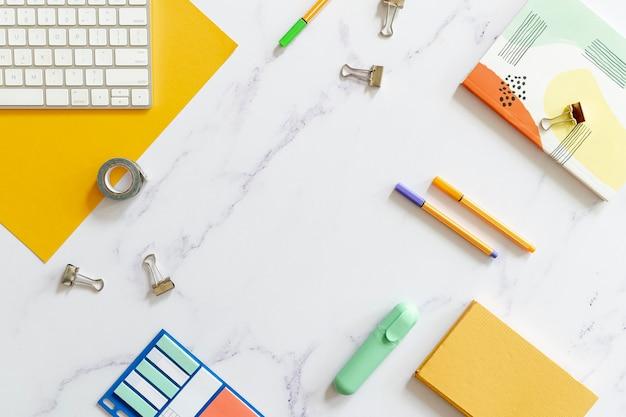 Przestrzeń kopii biurka otoczona materiałami eksploatacyjnymi