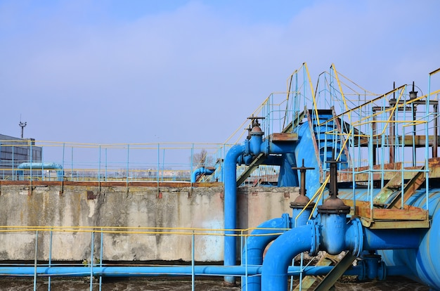 Przestrzeń przemysłowa z dużą ilością rur i komunikacji