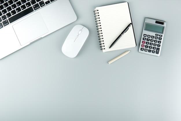 Przestrzeń robocza stołu z akcesoriami biurowymi.