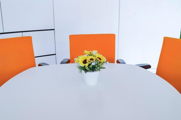 Przestrzeń robocza w nowoczesnym biurze. pojęcie zarządzania czasem, zorganizowane przestrzenie