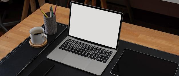 Przestrzeń robocza z makietą laptopa i filiżanką kawy