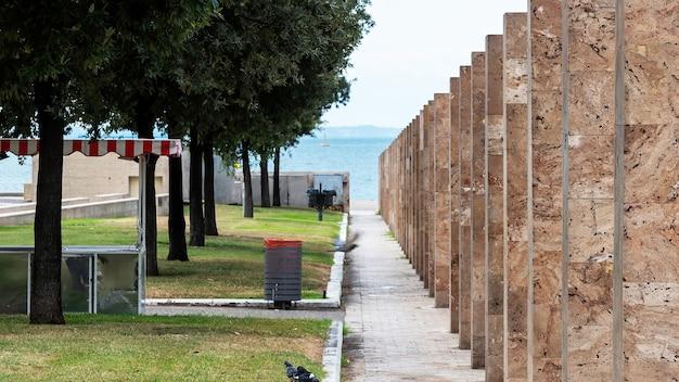 Przestrzeń spacerowa w pobliżu białej wieży w salonikach, morze w tle