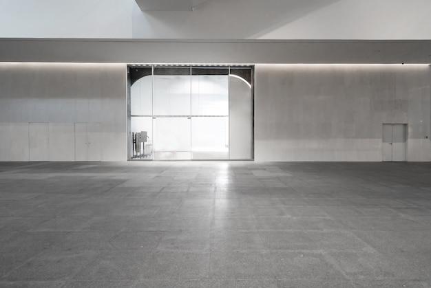 Przestrzeń wewnętrzna, białe ściany i szklane okna