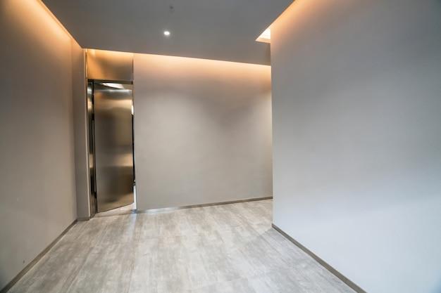 Przestrzeń wewnętrzna i puste płytki podłogowe