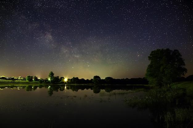 Przestrzeń z gwiazdami na nocnym niebie
