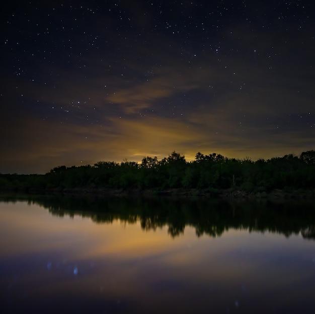 Przestrzeń z gwiazdami na nocnym niebie.